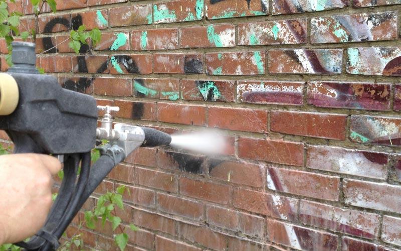 nettoyage des graffitis sur mur briques et b ton et. Black Bedroom Furniture Sets. Home Design Ideas